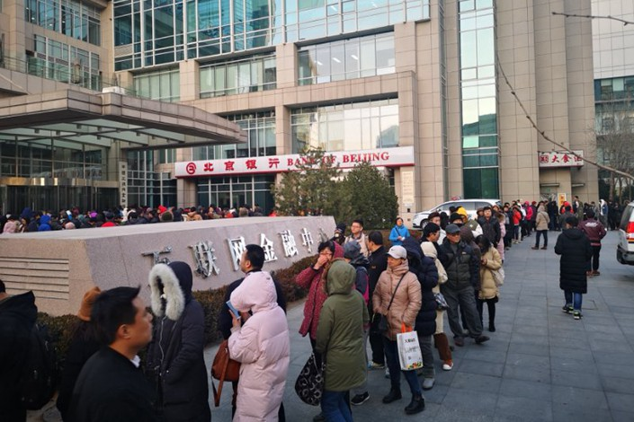 A line of more than 100 people seeking return of deposits formed in Ofo's office lobby and spilling outside of the company's Beijing headquarters on Monday. Photo: Qian Tong/Caixin