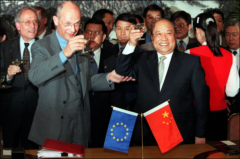 Chinese Foreign Trade Minister Shi Guangsheng toasts European Commission Trade Commissioner Pascal Lamy to celebrate the signing of the agreement for China's accession to the World Trade Organization on May 19, 2000. Photo: VCG