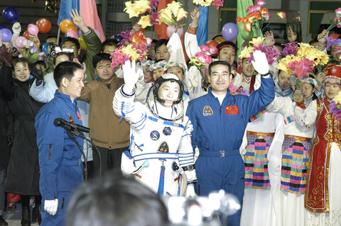 Yang Liwei, who became China's first astronaut when he went into space on the Shenzhou 5, is wished well before takeoff on Oct. 15, 2003. Photo: VCG