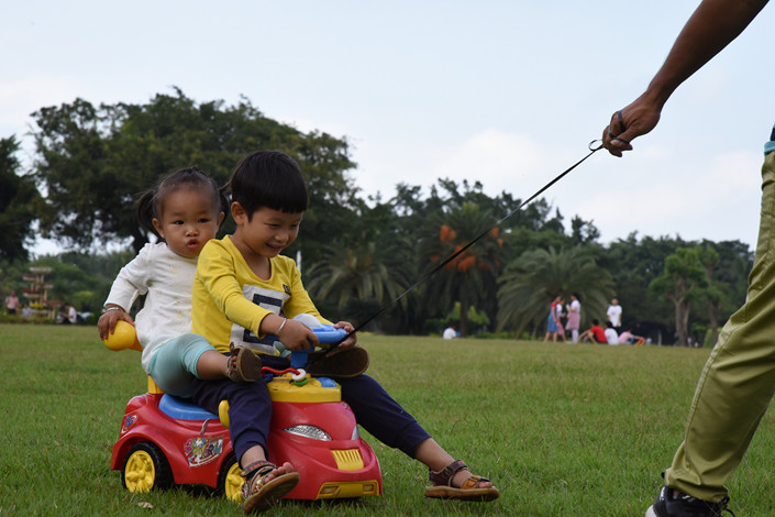 Two children play in a park in Haikou, Hainan province, on Nov. 3. Photo: VCG