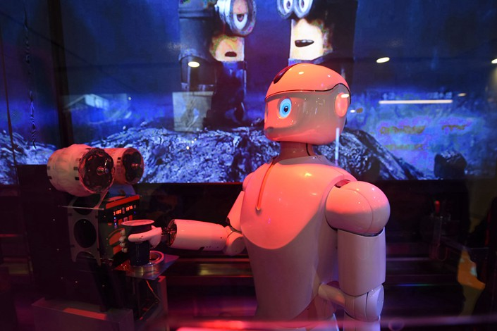 A robot serves milk tea to customers in a shop in Hangzhou, Zhejiang province, on Dec. 10. Photo: IC