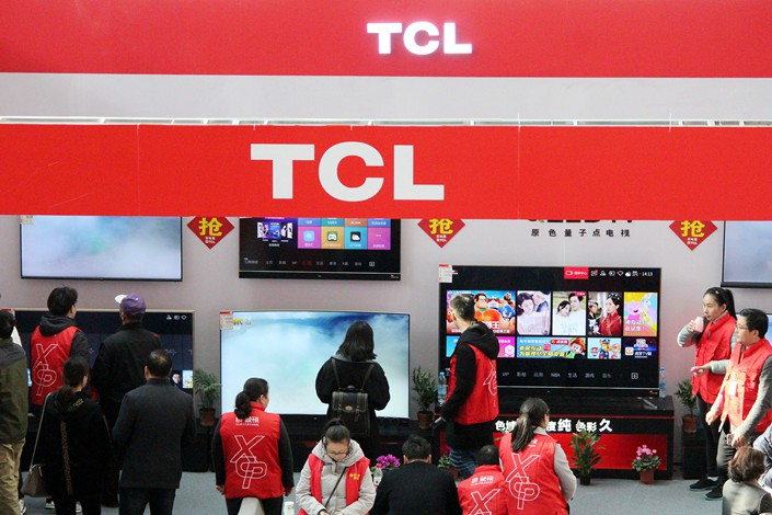 Shoppers examine TCL Corp. televisions at a mall in Changzhou, Jiangsu province, on Nov. 23. Photo: VCG