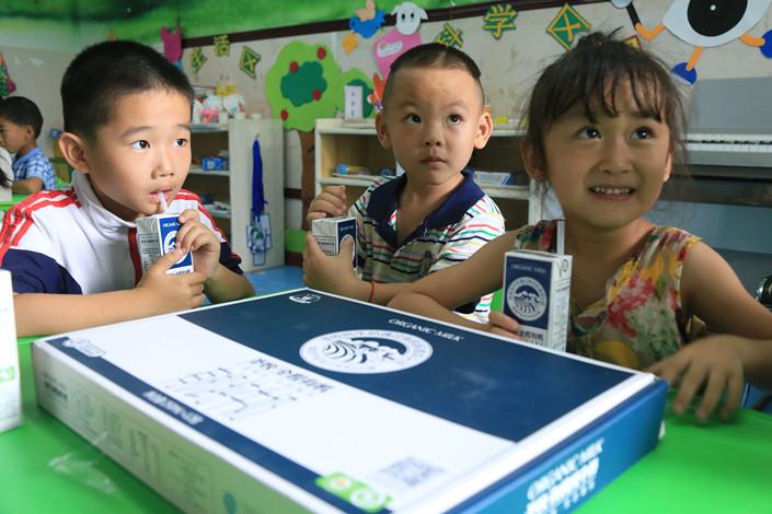 Children in Kuytun, Xinjiang Uygur autonomous region drink Shengmu milk on June 21, 2017. Photo: IC