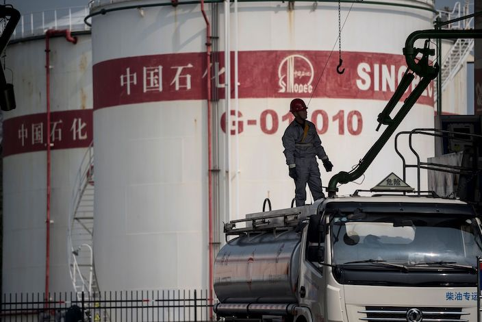 Volatile oil prices have caused significant losses for global oil traders including Sinopec. Photo: VCG