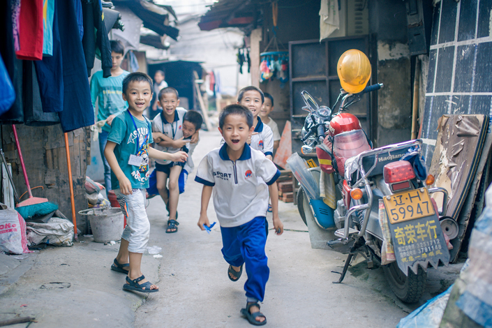 Migrant children play in an alley in Huizhou, Guangdong province, in 2014. Photo: VCG