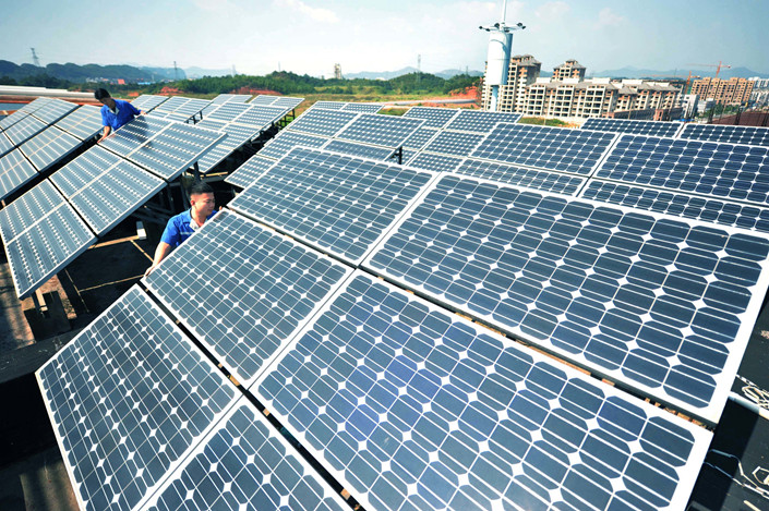 Chinese workers install solar panels at a JinkoSolar plant in Shangrao city, in East China's Jiangxi province, on Oct. 11, 2015. Photo: IC