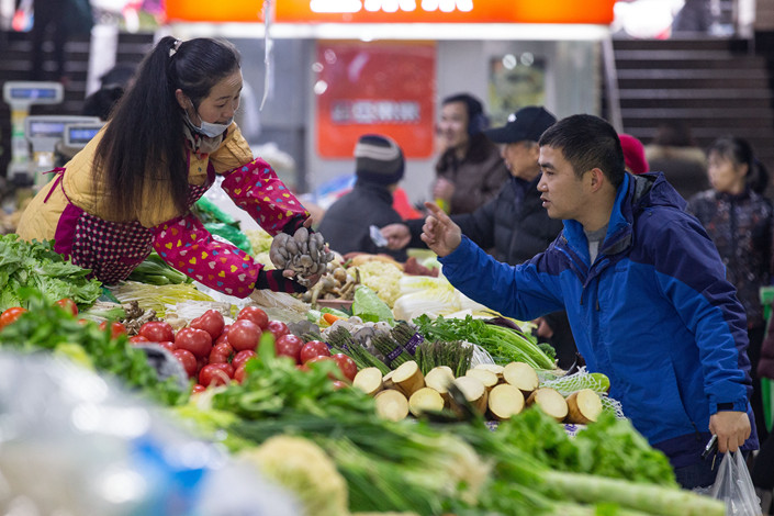 People buy vegetables at a farmers' market in Nanjing, capital of East China's Jiangsu province on Jan 10. Photo: IC