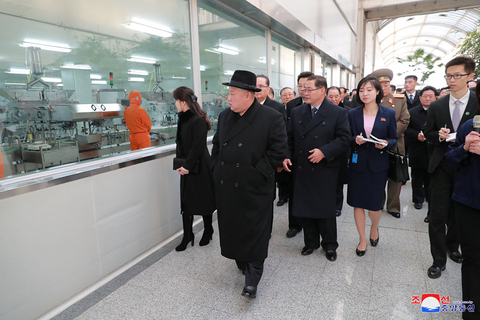 North Korean leader Kim Jong Un visits a Tongrentang Co. Ltd. pharmaceutical factory in Beijing's Daxing district on Jan. 9. Photo: VCG