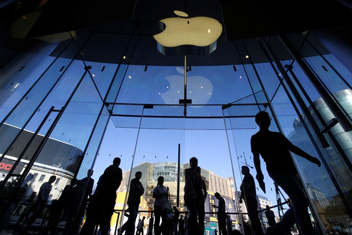 Customers walk into an Apple Store in Beijing on Sept. 21.  Photo: VCG