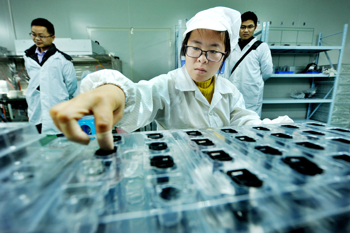 A quality inspection at an optical equipment company in East China's Jiangxi province on Jan. 6. Photo: IC