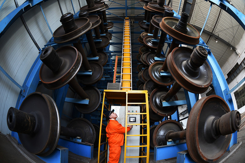 A worker removes a train wheel set from a three-dimensional storage unit in Nanchang, Jiangxi province, on Feb. 4, 2018. Photo: VCG