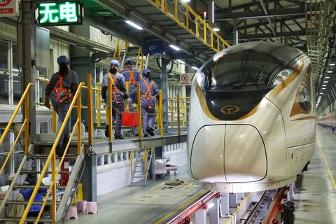Mechanics in Shanghai inspect a high-speed train on Jan. 6. Photo: VCG
