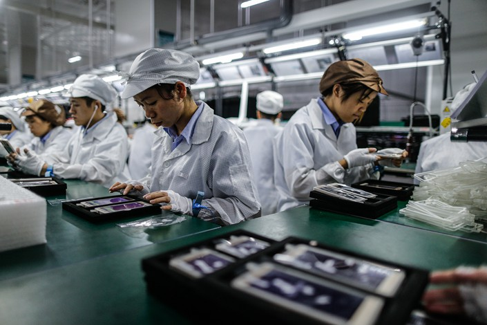 Workers make Gionee cellphone motherboards in Dongguan, Guangdong province, in December 2015. Photo: VCG