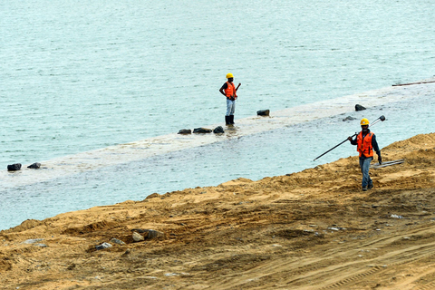 Sri Lankans work in a construction site of a land reclamation project of Colombo International Financial City in Colombo, Sri Lanka, on Wednesday. Photo: VCG