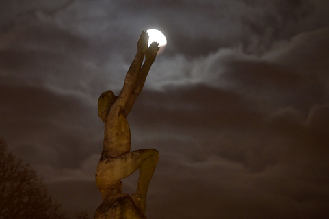 A supermoon is seen during behind a statue in northwest France's Le Mans on Jan. 21. Photo: VCG