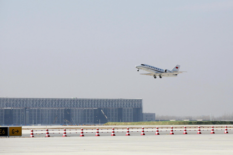 A jetliner lands at Beijing Daxing International Airport on Tuesday during the airport's first test flight. The landing marks the official start of the airport's final round of quality inspections, which will run through March. The airport is scheduled to open to the public in September. Photo: VCG