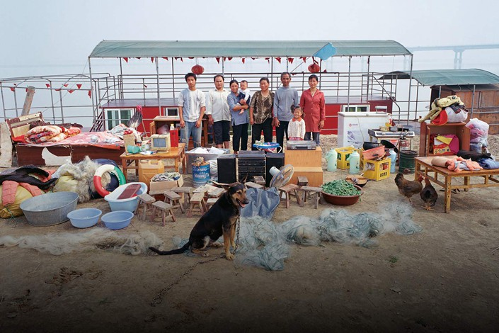 Sun Guiyou's family poses for a photo with their belongings in Huayuankou, Central China's Henan province in October 2006. Photo: Courtesy of Ma Hongjie