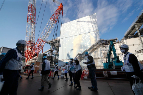 Foreign journalists receive an explanation of the demolition progress at the tsunami-crippled Fukushima Dai-ichi Nuclear Power Plant on Wednesday. Photo: IC
