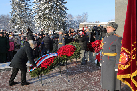 Russian President Vladimir Putin lays a wreath at St Petersburg's Piskaryovskoye Memorial Cemetery during celebrations marking the 75th anniversary of the end of the Siege of Leningrad. Almost 500,000 of the victims of the siege are buried at the cemetery. Photo: VCG