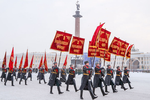 Servicemen carry banners during a military parade to mark the 75th anniversary of the lifting of the WWII Siege of Leningrad at Dvortsovaya Square in Saint Petersburg on Jan. 27. The siege of the city by the Army North Group of Nazi Germany lasted for 872 days, and is considered one of the longest, most destructive and deadliest sieges in history. Photo: VCG