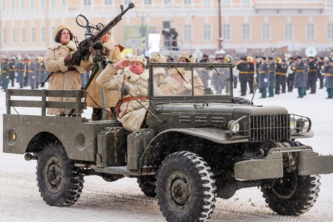 Soldiers with historic weapons and vehicles paraded in Dvortsovaya Square to mark the 75th anniversary of the lifting of the WWII Siege of Leningrad on Jan. 27. Photo: VCG