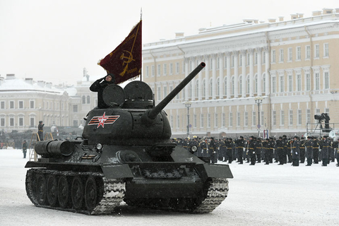 A Soviet T-34-85 battle tank participated in the military parade. The T-34 came into service in 1940 and saw wide use during WWII. Over 80,000 were eventually built by 1958, with some remaining in service in the militaries of developing countries to this day. Photo: VCG