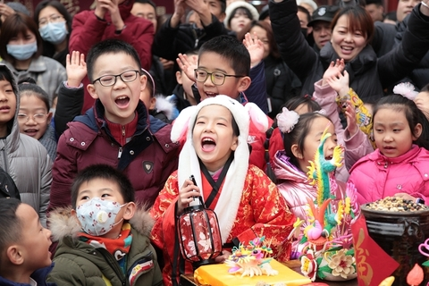 Children hold candy and lanterns to worship the Kitchen God in Xi'an, the capital of Northwest China's Shaanxi province, on Monday. Photo: VCG