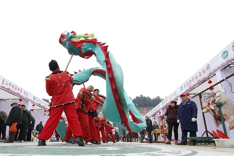Local performers perform a dragon dance in Heqiao, Jiangsu province, on Monday. Photo: VCG