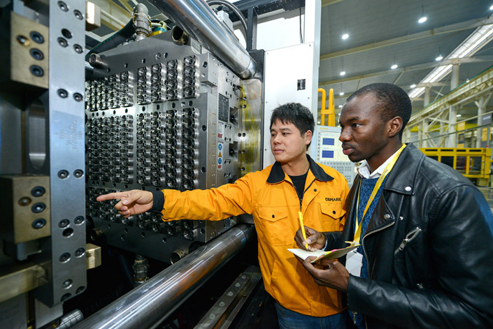 A businessman from Niger learns about the products produced at a factory in Changxing county, Zhejiang province, on Nov. 14. Photo: VCG