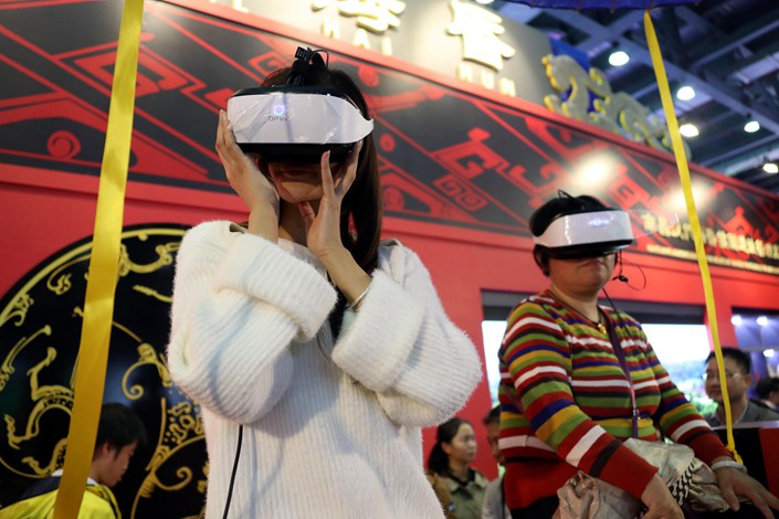 Watching VR films at an industry conference in Nanchang, in South China's Guangdong province, on Oct. 20, 2018. Photo: VCG