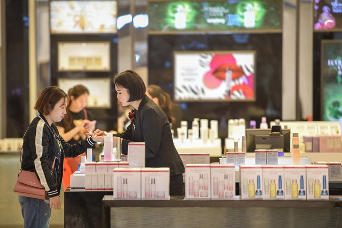 Customers buy cosmetics at a duty-free shop in Haikou, South China's Hainan province on Jan. 24. Photo: VCG