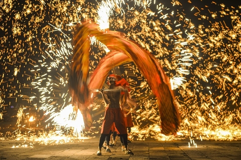 Performers in Zaozhuang, in East China's Shandong province, bring in the new year with a Fire Dragon Dance on Feb. 5. Photo: VCG