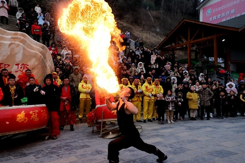 A folk artist performs a fire-breathing show to celebrate Spring Festival in Luanchuan, Henan province, on Feb. 7. Photo: VCG