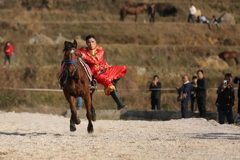 At a horserace in Qiandongnan Miao and Dong Autonomous Prefecture, Guizhou province on Feb. 6, local residents compete and show off their riding prowess. Photo: VCG
