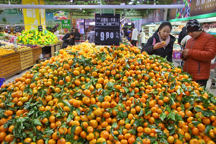 People buy fruit in Yantai, East China's Shandong province on Jan. 10. Photo: IC
