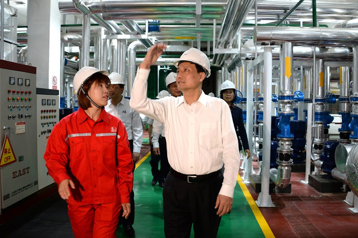 Xiao Yaqing (right), director of the State Council's State-owned Assets Supervision and Administration Commission, inspects a heat exchange station in North China's Hebei province on May 9. Photo: VCG