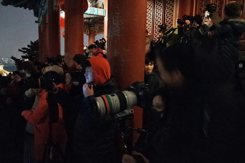 Photographers shoot the light show from Jingshan Park, located opposite the Palace Museum's northern gate. Photo: VCG
