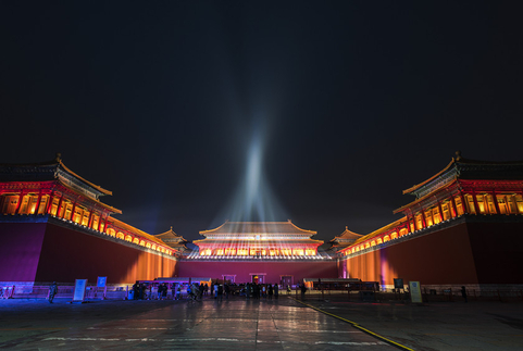 Spotlights create a beam of light above the Palace Museum on Monday night. Photo: VCG