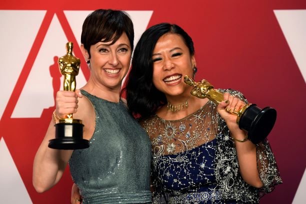 Producer Becky Neiman-Cobb and Director Domee Shi hold their Oscars at the 91st Academy Awards in Los Angeles. Photo: VCG