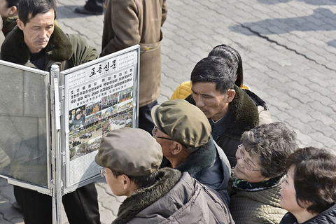 People in the North Korean capital of Pyongyang read about the second summit on Wednesday. Photo: VCG