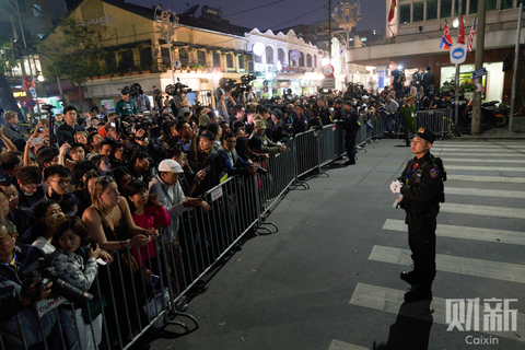 Press and locals wait outside the hotel on Wednesday for a glimpse of the leaders. Photo: Liang Yingfei/Caixin