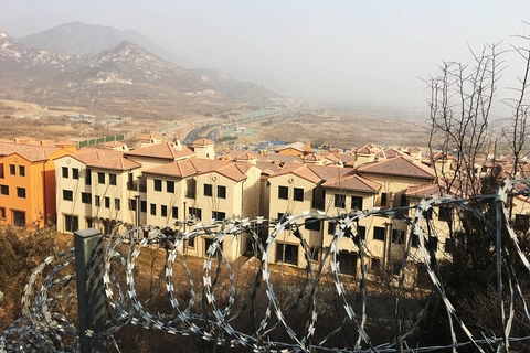 Barbed wire stands near the illegally built villas in Shijiazhuang on Feb. 23. Photo: IC