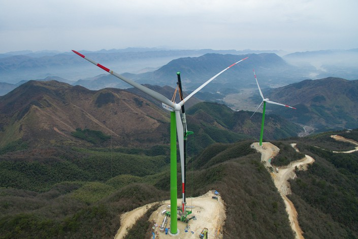 Workers hoist a wind turbine into position on Dec. 19 in Central China's Hubei province. Photo: VCG