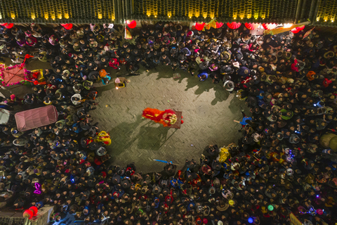 A crowd surrounds a performer during the opening ceremony of the Huaxian Fair on March 3. Photo: VCG