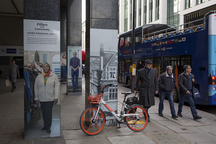 A Mobike sits abandoned in the street near Waterloo Station in London, on March 4, 2019. Photo: VCG