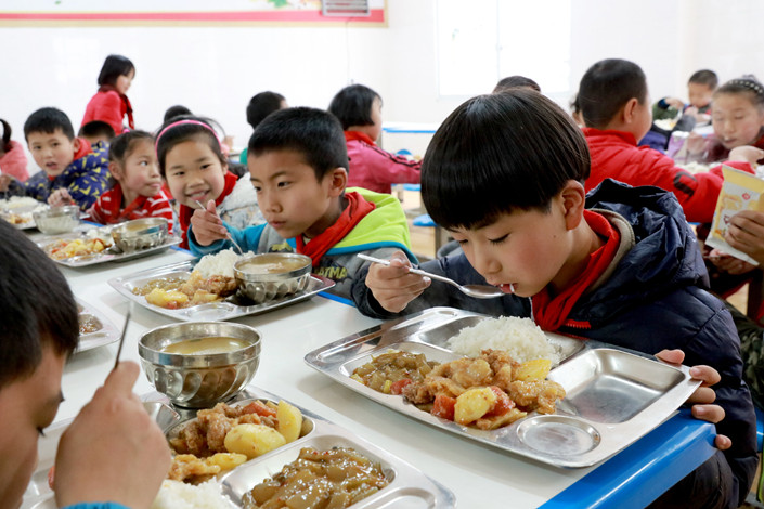 Students eat at a primary school in March 2017. Photo: IC