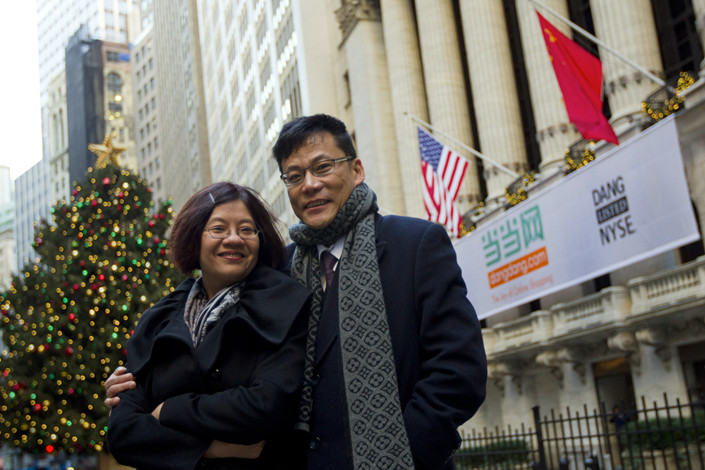 Dangdang co-founder and chair Peggy Yu stands with her husband, co-founder and CEO Li Guoqing, outside the New York Stock Exchange, where their company listed on Dec. 8, 2010. Photo: VCG