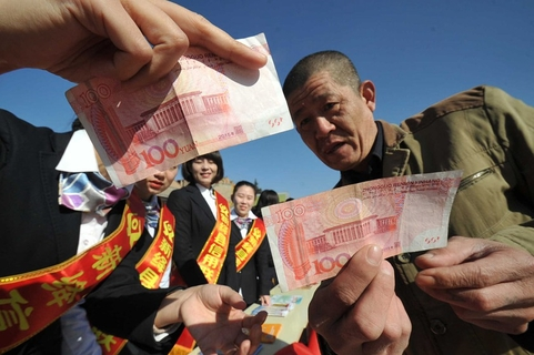 A man learns how to identify counterfeit currency in Yuncheng, Shanxi province, on March 15. Photo: VCG
