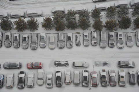 Cars blanketed in snow in Harbin on Wednesday. Photo: VCG