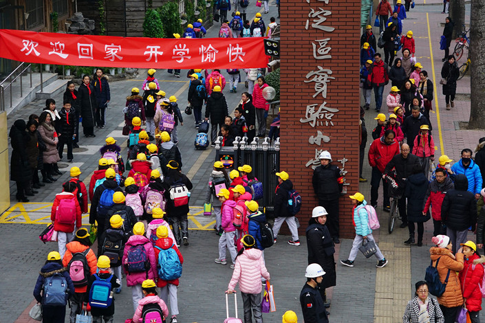 Students stream into Beijing Haidian District Experimental Primary School on Monday. Photo: VCG